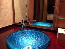 お部屋の洗面一例(各お部屋で仕様が異なります)こだわりの色硝子のボウルと漆の洗面台です♪