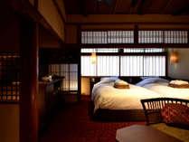 銀朱(京町屋ツイン風和室)絨毯のお部屋です。お庭が見下ろせます。天井が高く開放感があります。