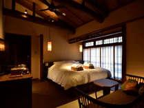 白藍(京町屋ダブルベッド和室)200×180cmの大きなベッドでお寛ぎ下さい。お庭が見下ろせます。