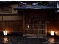 夜の玄関です。京町家は雨の日もしっとりとしていて、情緒があります。