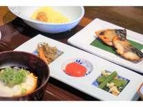 朝食一例:たっぷりの京野菜とお魚、炊き立てのご飯をお楽しみ下さいませ。