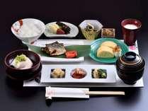 好評の和朝食でございます。自家製のお漬物とだし巻きが特に人気です。