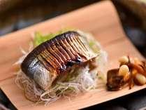 秋の京会席一例:香ばしく皮に焼き目の付いた旬の秋刀魚に、舞茸と松の実を添えました。