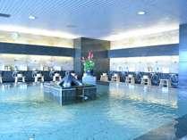 5F 大浴場。屋内型ながらオーシャンビューの眺望をお楽しみ頂けます。