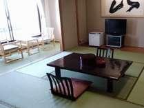 和室バストイレ付。角部屋以外は12畳でご案内。窓側の琉球畳は心地よいです!