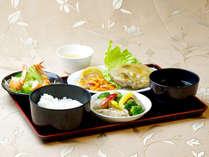 【夕食一例】季節の食材を使用した日替わり定食をご用意★定食以外のメニューに変更も可能です☆