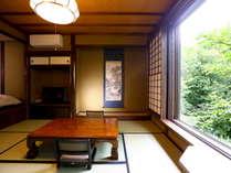 川胡桃客室:窓から手を伸ばすと川胡桃の木に手が届きそう。