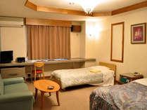 【ファミリールーム】ダブルベッドとシングルベッドが入ったお子様連れのファミリー専用ルームです。