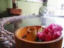 露天風呂の湯船では「ビール」が楽しめる。希望の方はフロントへ一言(飲み物は別料金・貸切時のみ)