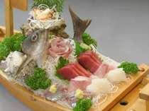*【刺身舟盛り】漁港で仕入れた、旬の新鮮なお刺身の数々!