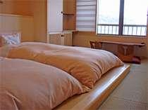 *【和モダン客室】窓の外には雄大な稲取の海が広がります。