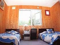 【ツインルーム(バス・トイレ別)】部屋はシンプルな作り。大自然の静寂の中でゆっくり読書もいいかも!