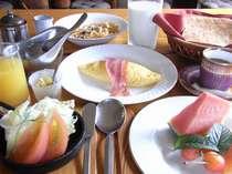 【朝食】~新鮮野菜のサラダ・オムレツ・シリアル・パン・フルーツ・ジュース(一例)