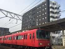名鉄知多半田駅に隣接。駅から徒歩約1分。
