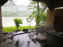 *【露天風呂】風情ある露天風呂で温泉浴を満喫。景色を眺めながらの〜んびり…。