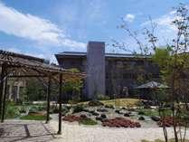 *【中庭】ちょっとした散策にちょうど良い広さのお庭です。
