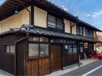 京町家「八重家かねい町」は京都ならではの伝統ある古い町家の趣を残したお宿です。