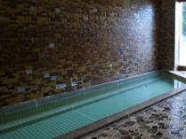 *ゆったりとした大浴場。一日の疲れはお風呂でゆっくりと癒してください。