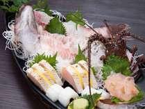 *夕食(船盛り) 美味しい海の幸を知っている主人が、自ら仕入れた新鮮な魚介を使用