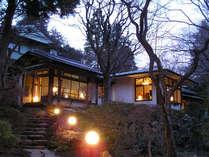 *【離れ貴賓室「錦華亭・八集庵」】優しい明りが印象的。しっとりとたたずむお部屋です(冬)