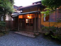 *強羅駅より3分。心安らぐ静けさと自然豊かな庭園の中、お寛ぎいただけます。