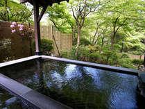 露天・環の湯。目の前に迫るお庭の緑を眺めながらの湯浴みで、心と身体を癒してください。