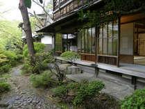 岩崎家別荘。縁側より四季折々の表情を魅せる庭園を眺め、語らいのひと時を。