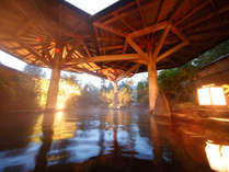 【岩露天風呂(大浴場 紅葉の湯)】ご宿泊のお客様は夜通しご利用いただける露天風呂。