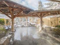 【岩露天風呂(大浴場 紅葉の湯)】雪景色の露天風呂。