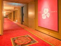 ホテル3館を繋ぐ連絡通路「バラの小径」を通って湯めぐりへ。花巻温泉の四季の写真も展示されています。