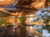 【岩露天風呂(大浴場 紅葉の湯)】季節の移ろいを全身で感じることができる岩露天風呂です。