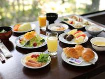 朝食は和洋バイキング。目の前で焼くふわふわとろとろオムレツ♪うまみたっぷり「かに雑炊」がおすすめ!