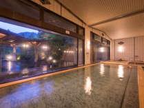 【大浴場 紅葉の湯】180度窓に囲まれた、開放感ある大浴場。ご宿泊のお客様は夜通しご利用いただけます。