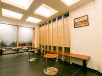 【ロビー】現代的な建物の中に「木」の柔らかさを感じる空間