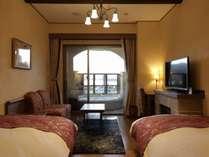 ≪ローズツイン≫間に通路を挟み左右にベッドが配置された2ベッド客室。