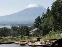 朝陽に輝く富士を眺めながらの贅沢な朝食をお愉しみください。