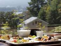 ご朝食は和洋60種類以上を常時揃えたバイキングスタイル。
