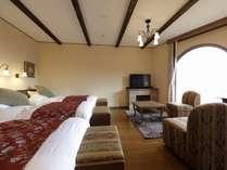 ≪ローズトリプル≫リビングルームに3ベッドを備え、大窓から富士山を望める眺望重視の客室。