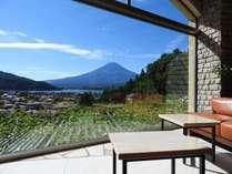 ロビーからご覧いただける夏の富士。夜には山小屋の灯りがご覧いただけます。