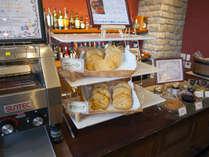 ≪おしのぎ≫BARラウンジにて夕食前に南仏生まれのフーガスをご用意。※無料
