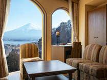 ≪ローズトリプル≫大浴場に近く、富士山側に大きな窓がある眺望重視の客室。
