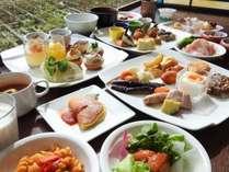 ご朝食は和洋60種類以上を常時揃えたバイキングスタイル。バリエーションに富んだデザートは女性に大人気☆