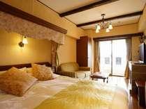 【ラビスタダブル】リビングルームにダブルサイズベッド1台を備えたお部屋です。