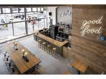 【便利なカフェエリア】カフェとしてだけでなく、宿泊ゲストはフリースペースとしても利用可能です◎