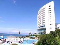 夏の太陽を浴びながら、テラスでサマーバカンス。ビーチサイドプールで、リゾート時間をお過ごしください。