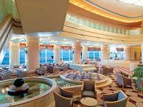 ≪吹き抜けの開放的なロビーラウンジ≫カフェやレストランからも海が間近!