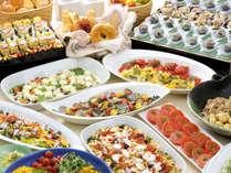 ≪ディナービュッフェ≫旬にあわせて、四季折々の渥美の食材を使った料理が華やかに並びます。