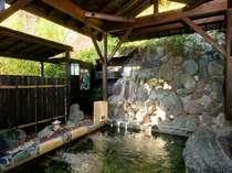 【頼朝の隠れ湯】軒下をくぐりながら岩風呂の湯舟へ頼朝の史跡を感じながら