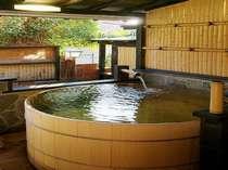 【本館月酔いの間】 庭には大人2~3名様がゆっくり入浴できる檜の客室専用露天風呂があります。