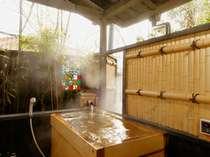 【月見の間檜風呂】塀にはステンドガラスがはめ込まれ独特の雰囲気の露天風呂です。